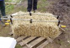 straw bale dividing with clambs